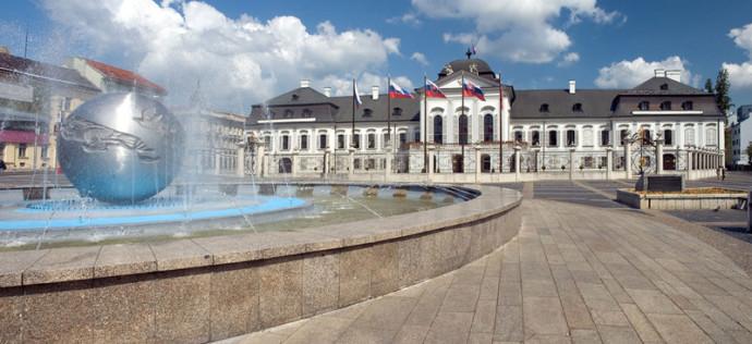 Im Bild sieht man Pressburg, Pressburg ist allerdings keine Bachstadt. Links ist eine silberne Kugel, ein Brunnen, im Hintergrund ein historisches Gebäude. Im blauen Himmel sind hübsche, weiße Wolken.